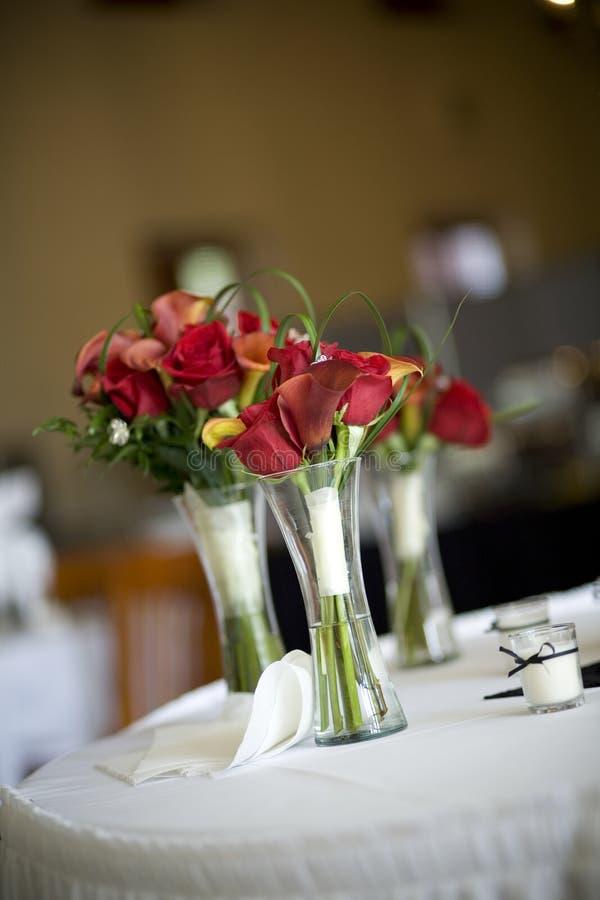 Bouquet nuptiale à la réception photographie stock libre de droits
