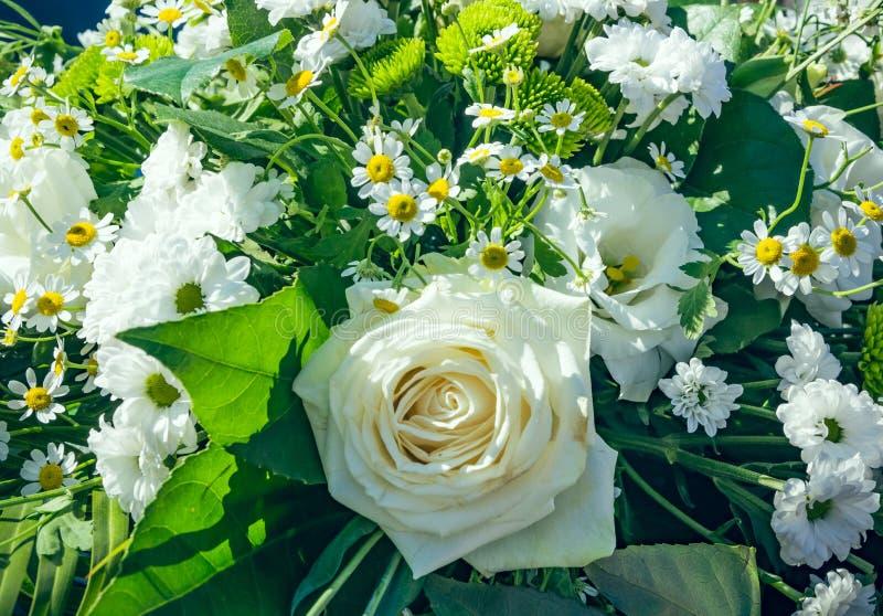bouquet nuptiale avec les fleurs blanches photo stock image du rose jardin 76574454. Black Bedroom Furniture Sets. Home Design Ideas