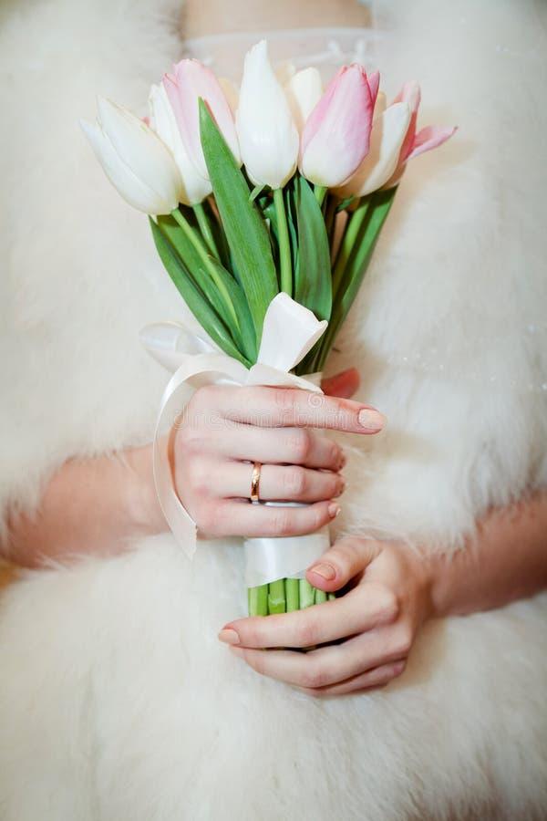 Bouquet nuptiale avec les tulipes roses dans les mains photos stock