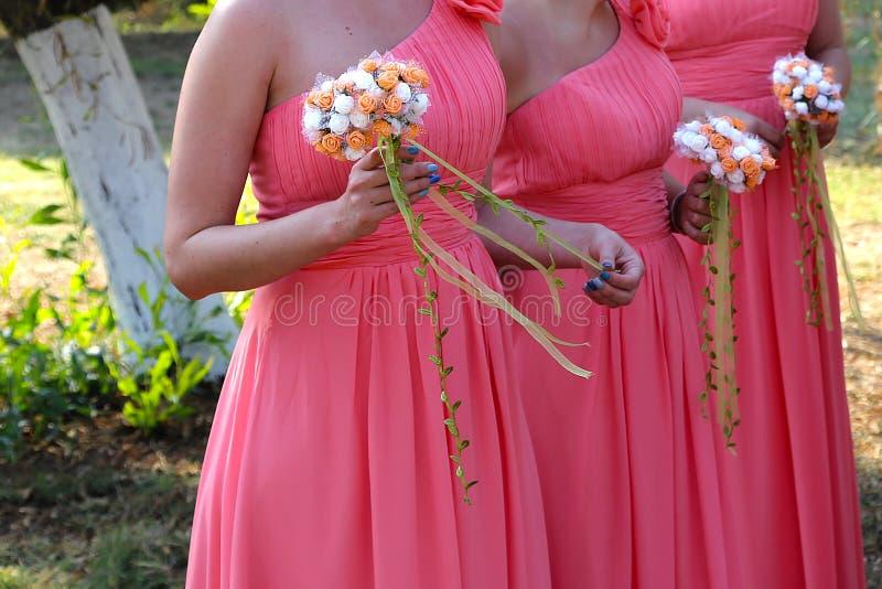 Bouquet nuptiale de fleurs et de jeunes mariées de mariage photos stock