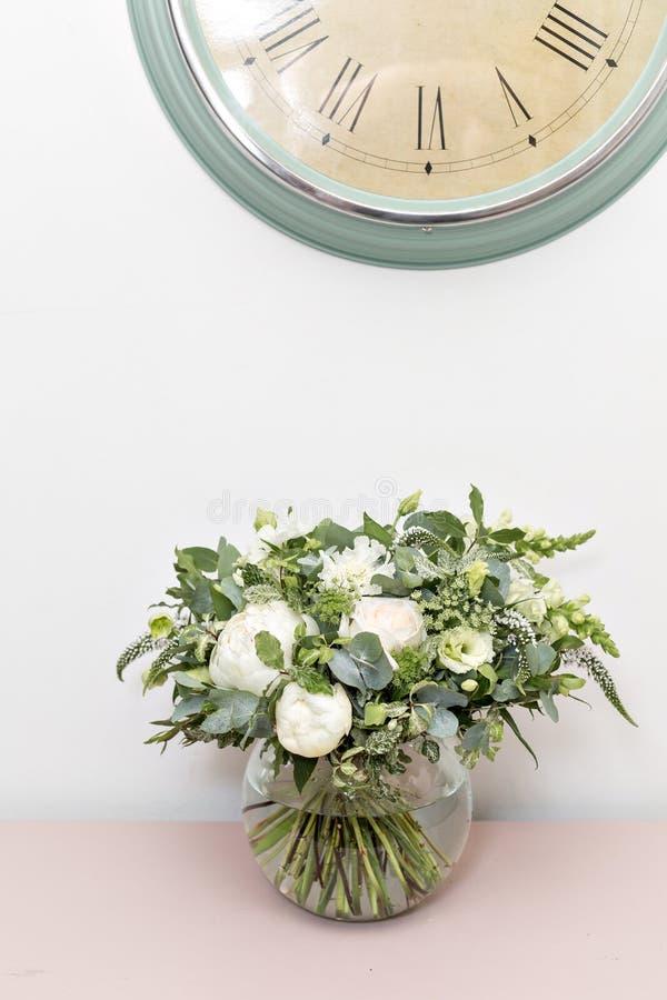 Bouquet nuptiale de mariage de luxe avec les pivoines blanches et les fleurs mélangées sur la raboteuse rose image stock