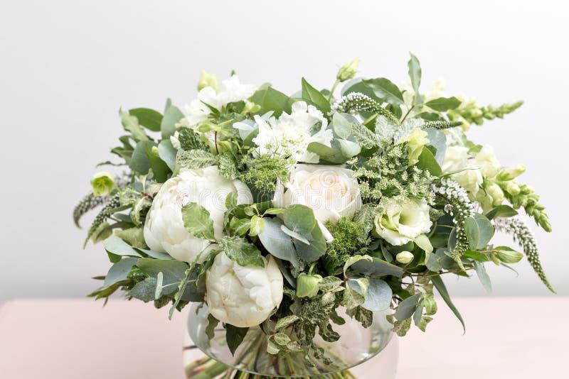 Bouquet nuptiale de mariage de luxe avec les pivoines blanches et les fleurs mélangées sur la raboteuse rose photo libre de droits