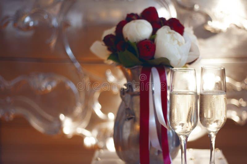 Bouquet nuptiale et deux verres de champagne photo stock