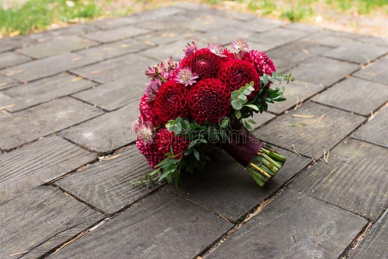 Bouquet nuptiale rouge des dahlias photos libres de droits