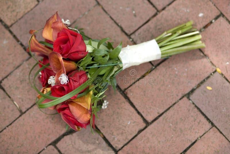 Bouquet nuptiale sur le passage couvert de brique photo libre de droits