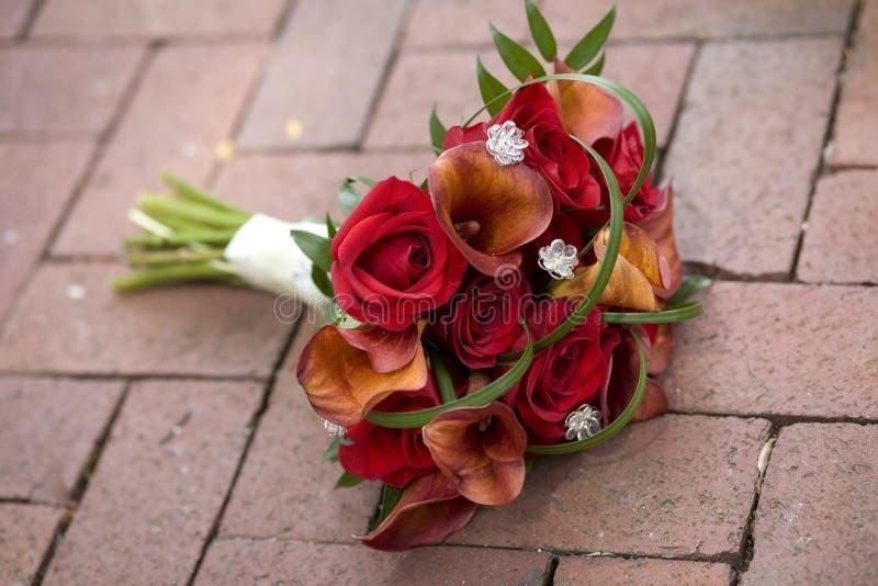 Bouquet nuptiale sur le passage couvert de brique image stock