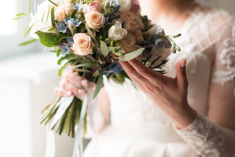 Bouquet nuziale nella mano della sposa fotografie stock