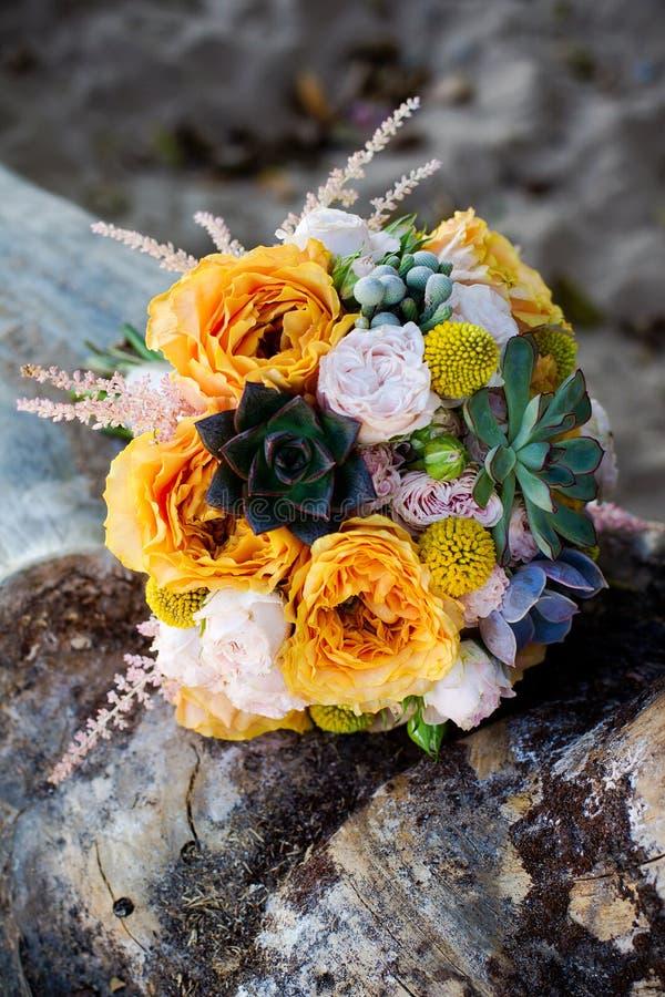 Bouquet orange de mariage images libres de droits