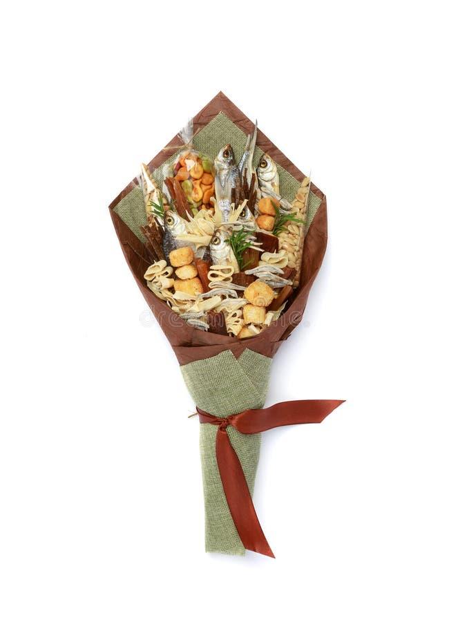 Bouquet original se composant des poissons salés secs, des arachides salées, des biscuits, du pain sec et autres des casse-croûte image stock