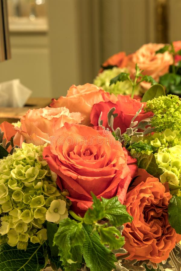 Bouquet pâle des roses de rose, oranges et blanches photographie stock
