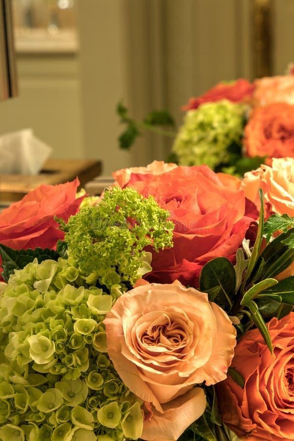 Bouquet pâle des roses de rose, oranges et blanches images libres de droits