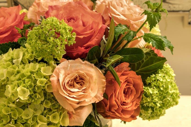 Bouquet pâle des roses de rose, oranges et blanches image libre de droits