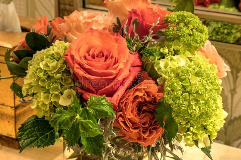 Bouquet pâle des roses de rose, oranges et blanches photos libres de droits
