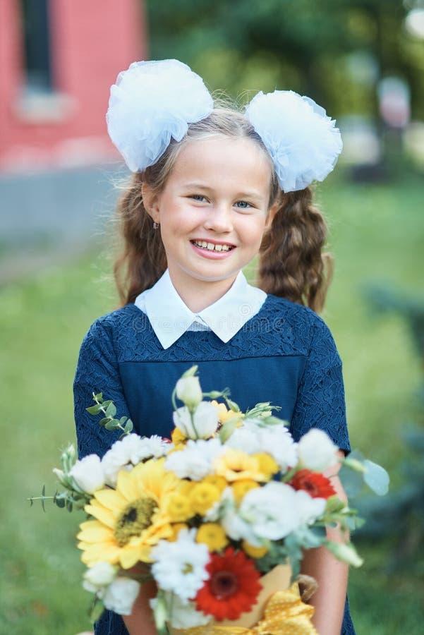 Bouquet pour le premier professeur aimé dessus d'abord de septembre Fleurs pour la dernière cloche Jour de la connaissance Début  image libre de droits