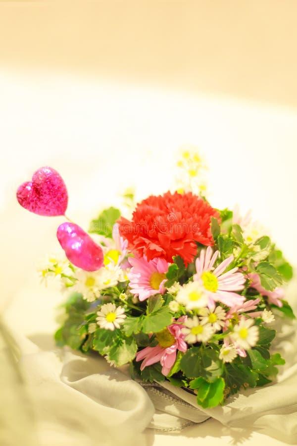 Bouquet romantique coloré de fleur avec les coeurs roses sur le fond blanc de table Anniversaire, Valentine, mariage, proposition images libres de droits