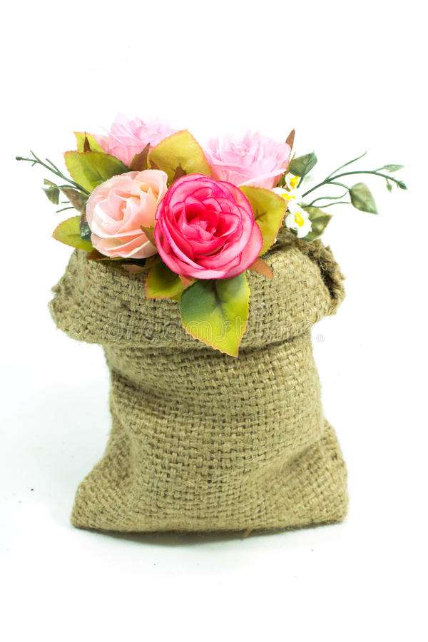 Bouquet rose artificiel de fleur dans le petit sac images stock