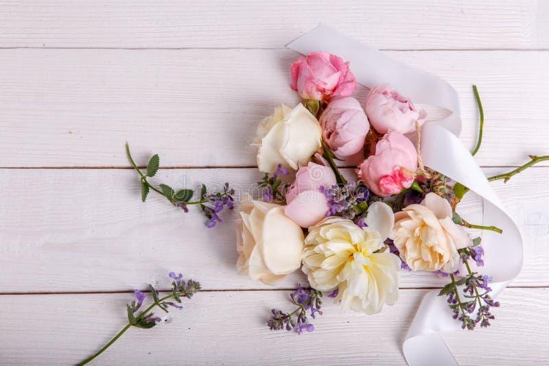 Bouquet Rose De Fleur Du Bel Anglais Sur Le Fond Blanc Photo stock - Image du fond, rose: 101134668