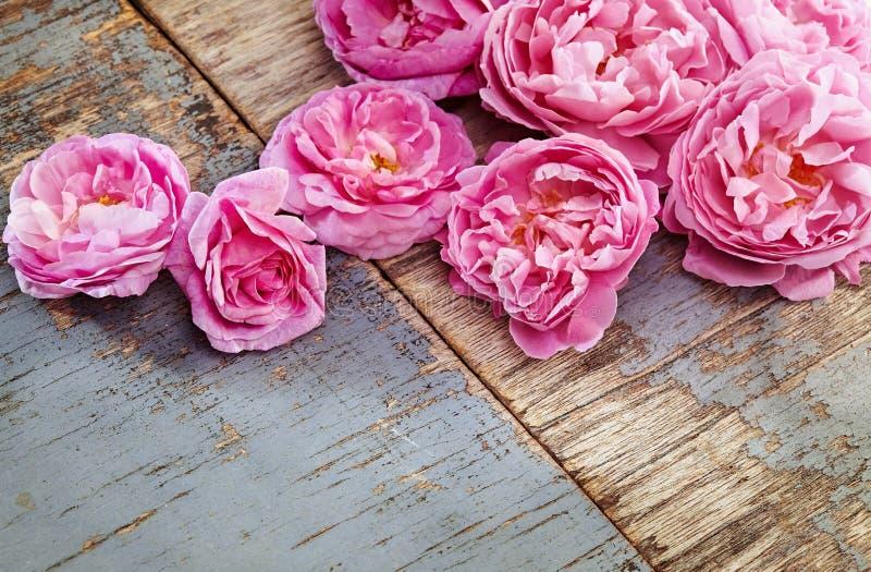 Bouquet rose de roses sur le fond en bois photographie stock