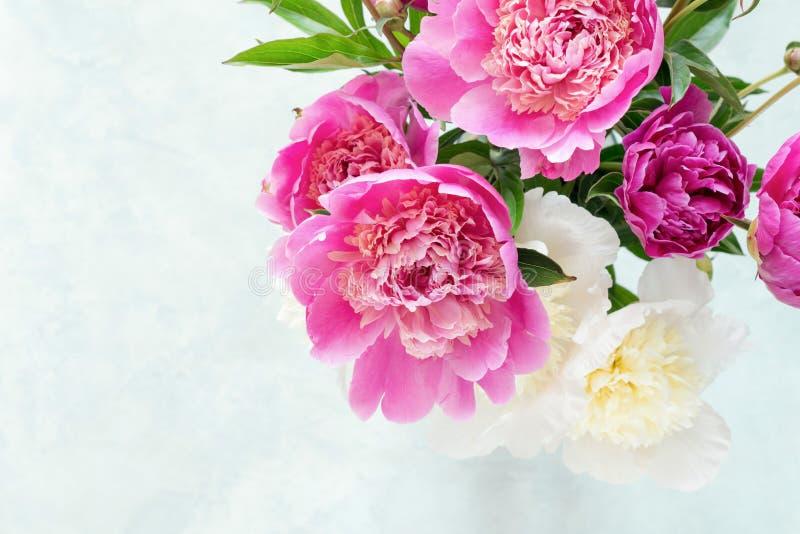Bouquet rose et blanc de pivoines sur le fond lumineux photographie stock