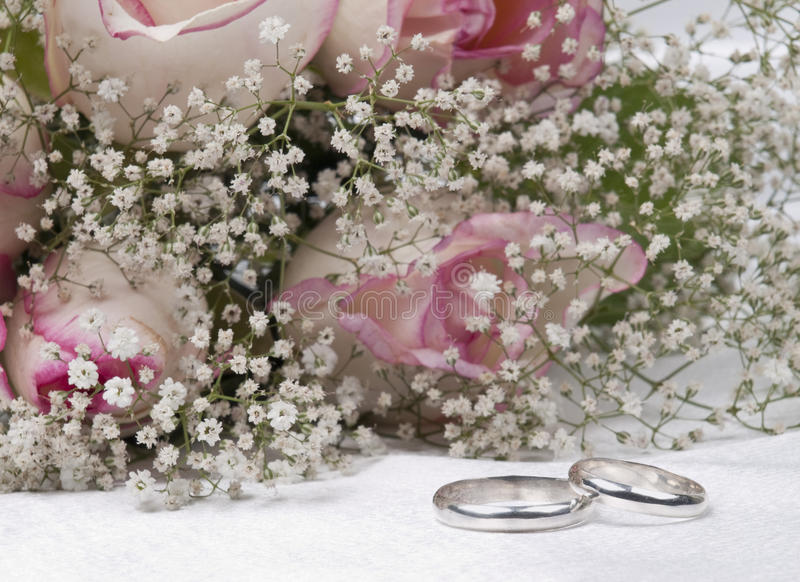 Bouquet roses and weddings rings stock photography
