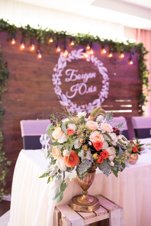 bouquet se tenant dans un vase sur une table Composition florale à un banquet de mariage photographie stock