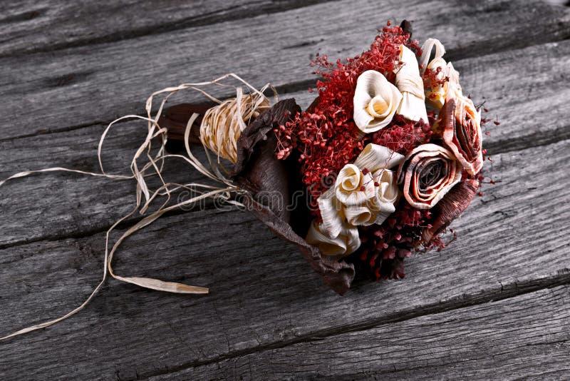 bouquet sec de mariage de fleur sur le bois de vintage image stock image du d coratif amour. Black Bedroom Furniture Sets. Home Design Ideas