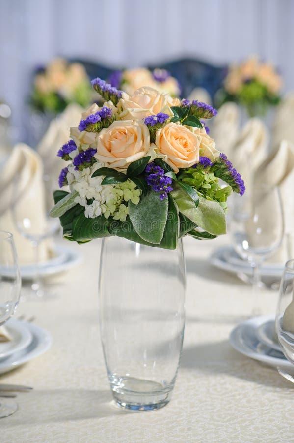Bouquet sur la table images stock