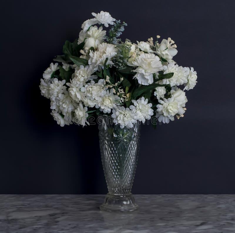 Bouquet van Witte Bloemen in de Vaas van het Kristal met Zwarte Achtergrond royalty-vrije stock fotografie