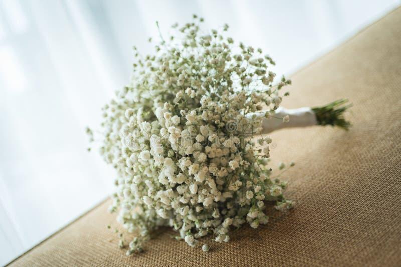 Bouquets de Gypsophila, verdure blanche florale sur le sofa en épousant le CER images stock