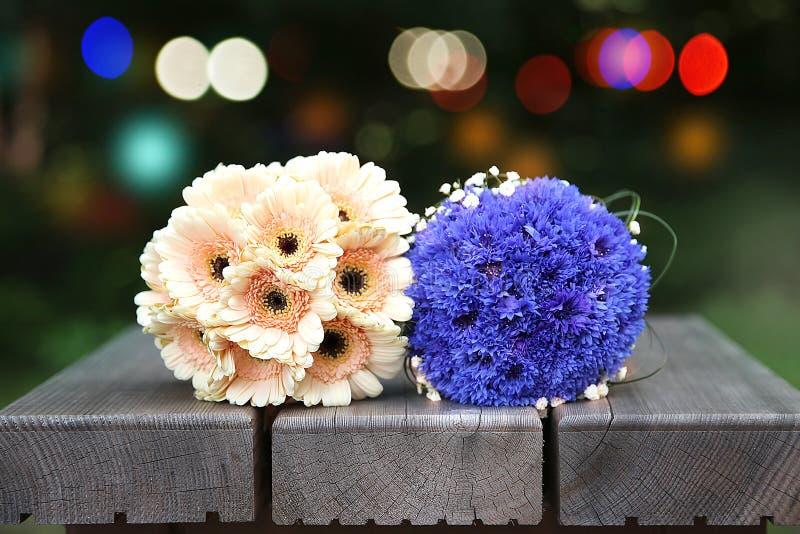 Bouquets des fleurs sur le banc image stock
