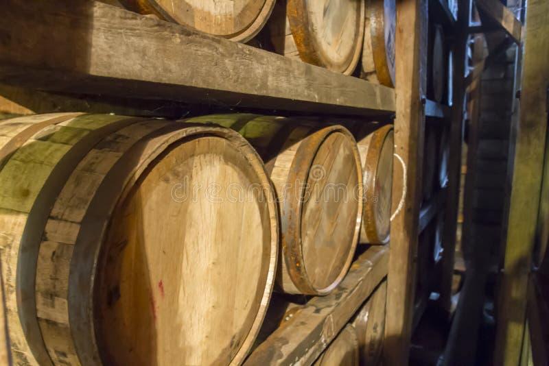 Bourbon baryłki na stojaku w magazynie obrazy stock