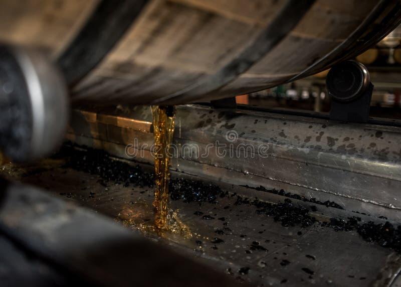 Bourbon, das aus Fass heraus gießt lizenzfreie stockfotos