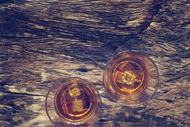 Bourbon do uísque com gelo no fundo de madeira da textura imagens de stock