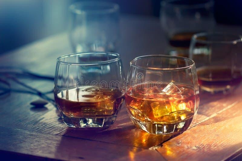 Bourbon do uísque em um vidro com gelo no CCB de madeira da tabela fotografia de stock royalty free