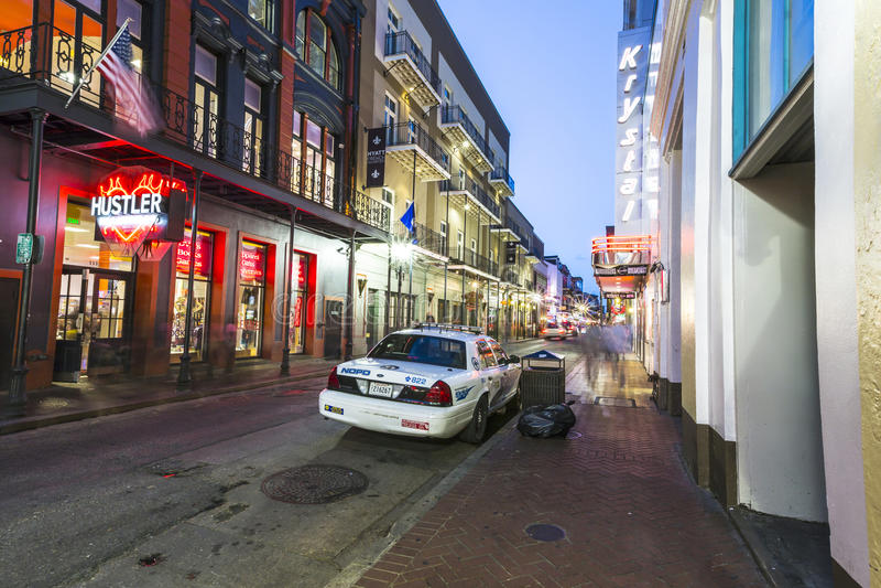 Bourbongata i skymning med polisbilen arkivfoton