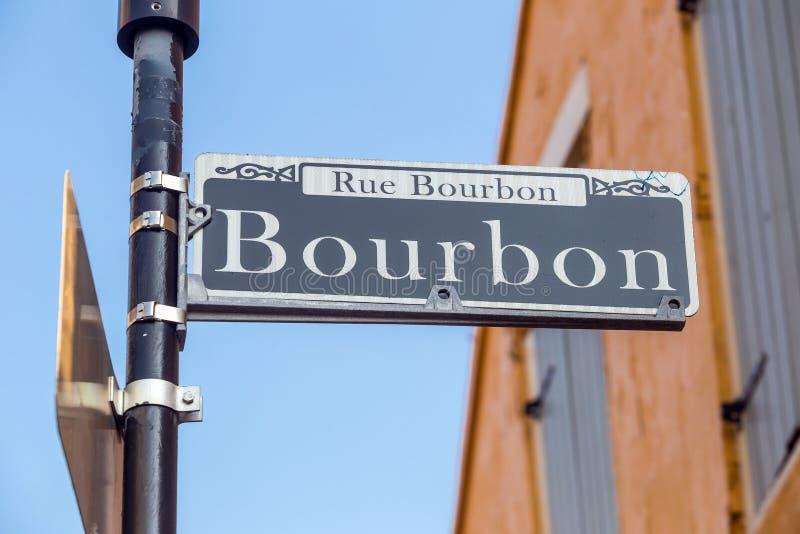 Bourbongatan undertecknar in den franska fjärdedelen av New Orleans royaltyfria bilder