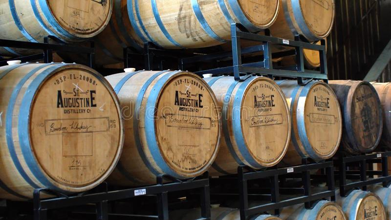 Bourbontrummor på en kugge i en spritfabrik arkivbild
