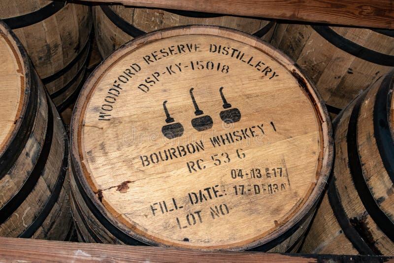 Bourbonwhisky som är lagrade ektrummor arkivbild