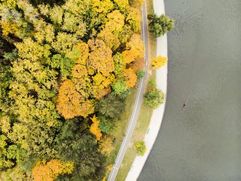 Bourdon aérien au-dessus de vue sur le parc de morilor de valea photos stock