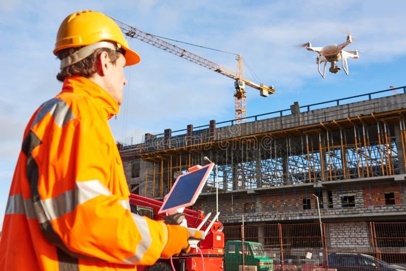 Bourdon actionné par le travailleur de la construction sur le chantier photographie stock libre de droits