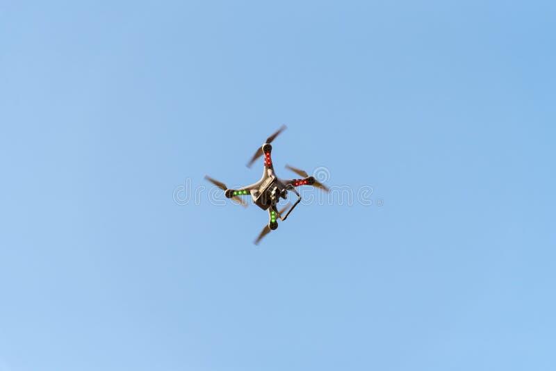 Bourdon avec l'appareil-photo sur le ciel bleu Nouvelle technologie pour la vue aérienne image libre de droits