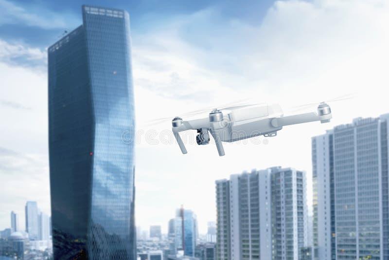 Bourdon blanc avec le vol de caméra au-dessus de la ville avec des gratte-ciel illustration libre de droits
