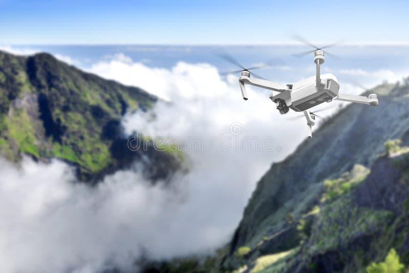 Bourdon blanc avec le vol de caméra au-dessus de montagne avec des cloudscapes photos stock
