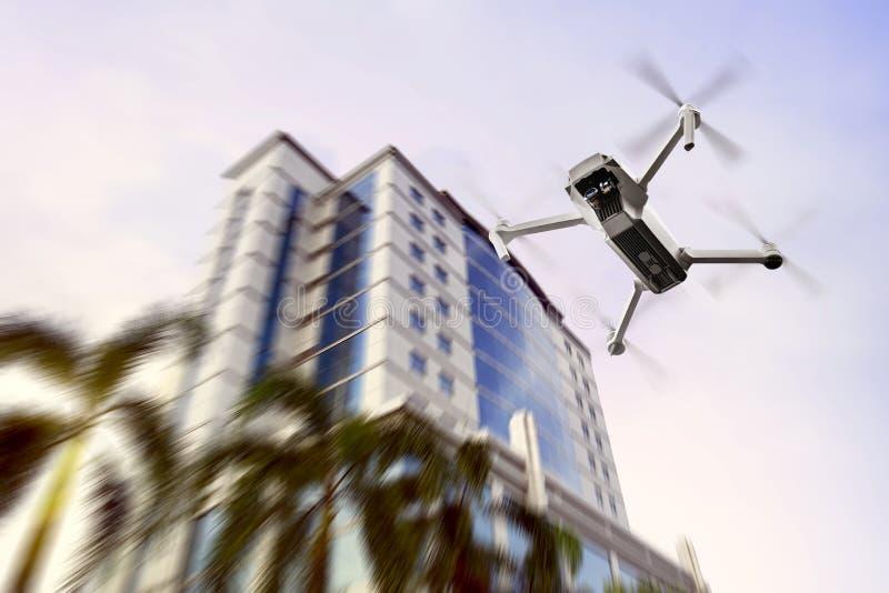 Bourdon blanc avec le vol de caméra jusqu'au dessus du bâtiment moderne photo stock