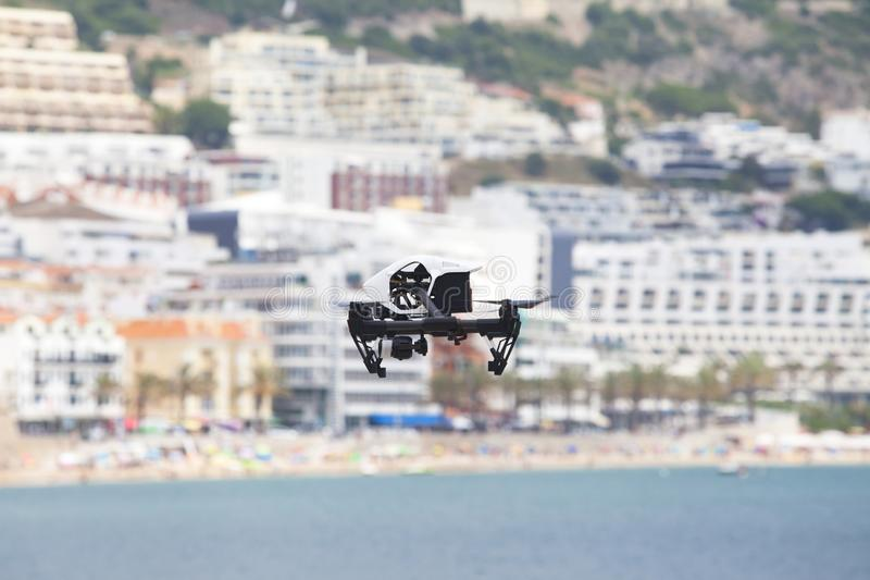 Bourdon blanc de quadcopter avec la caméra de photo photographie stock