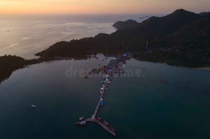 Bourdon de coucher du soleil tiré du phare chez Koh Chang images libres de droits