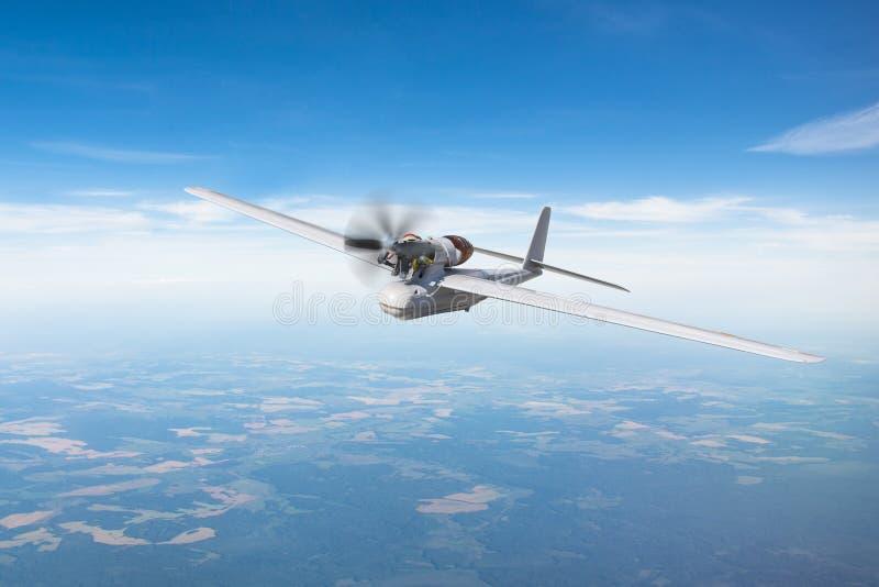 Bourdon militaire téléguidé de turbopropulseur sur le terrain d'air de patrouille à l'altitude de taille photo libre de droits