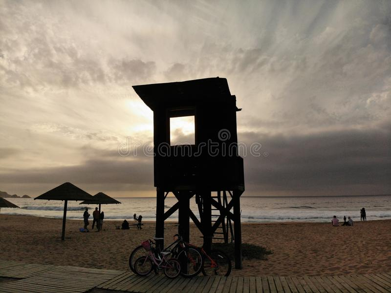 Bourdon sur une plage et une maison de plage photos stock