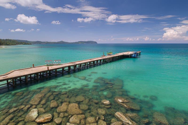 Bourdon tiré du pont en bois en passage couvert qui mènent à la mer et à la plage en été en Koh Mak Island chez Trat image stock