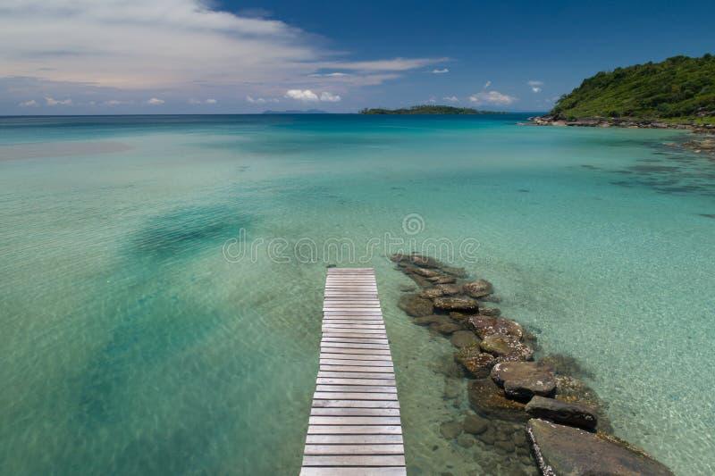 Bourdon tiré du pont en bois en passage couvert qui mènent à la mer et à la plage en été en Koh Mak Island chez Trat, image stock